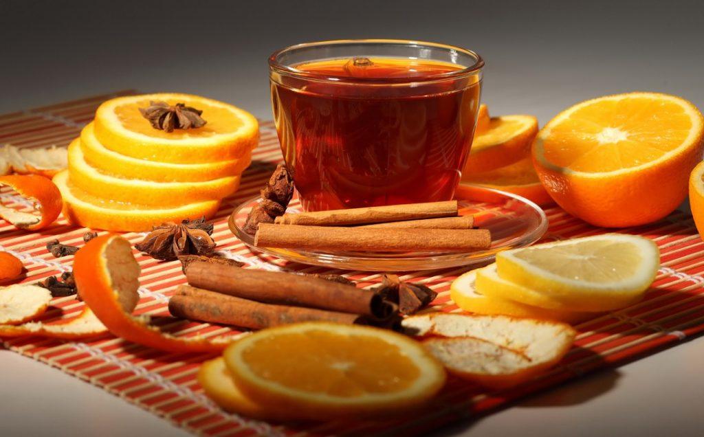 7 Ruedas de Naranjas 1 Taza de jugo de Naranja 5 Rosas Rojas 1 ramita de Canela 3 cucharadas de Miel. Se exprimen las rodajas, se estrujan las rosas y se mezclan con la miel, el jugo y la canela, friccionar sobre el cuerpo. Baño por 7 días, se hace como día principal en viernes por la noche.